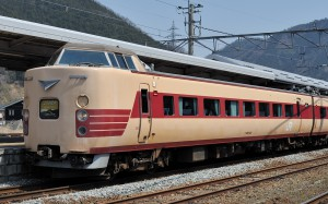 特急こうのとりで活躍する国鉄色のクハ381-143